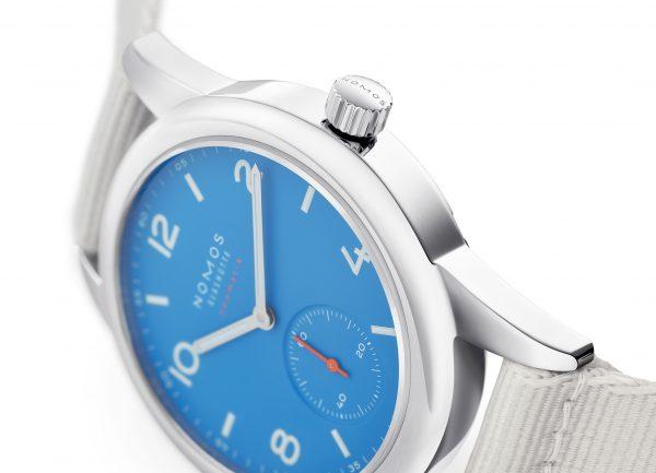 Nomos Club Neomatik Siren Blue (ref 742) (close-up)